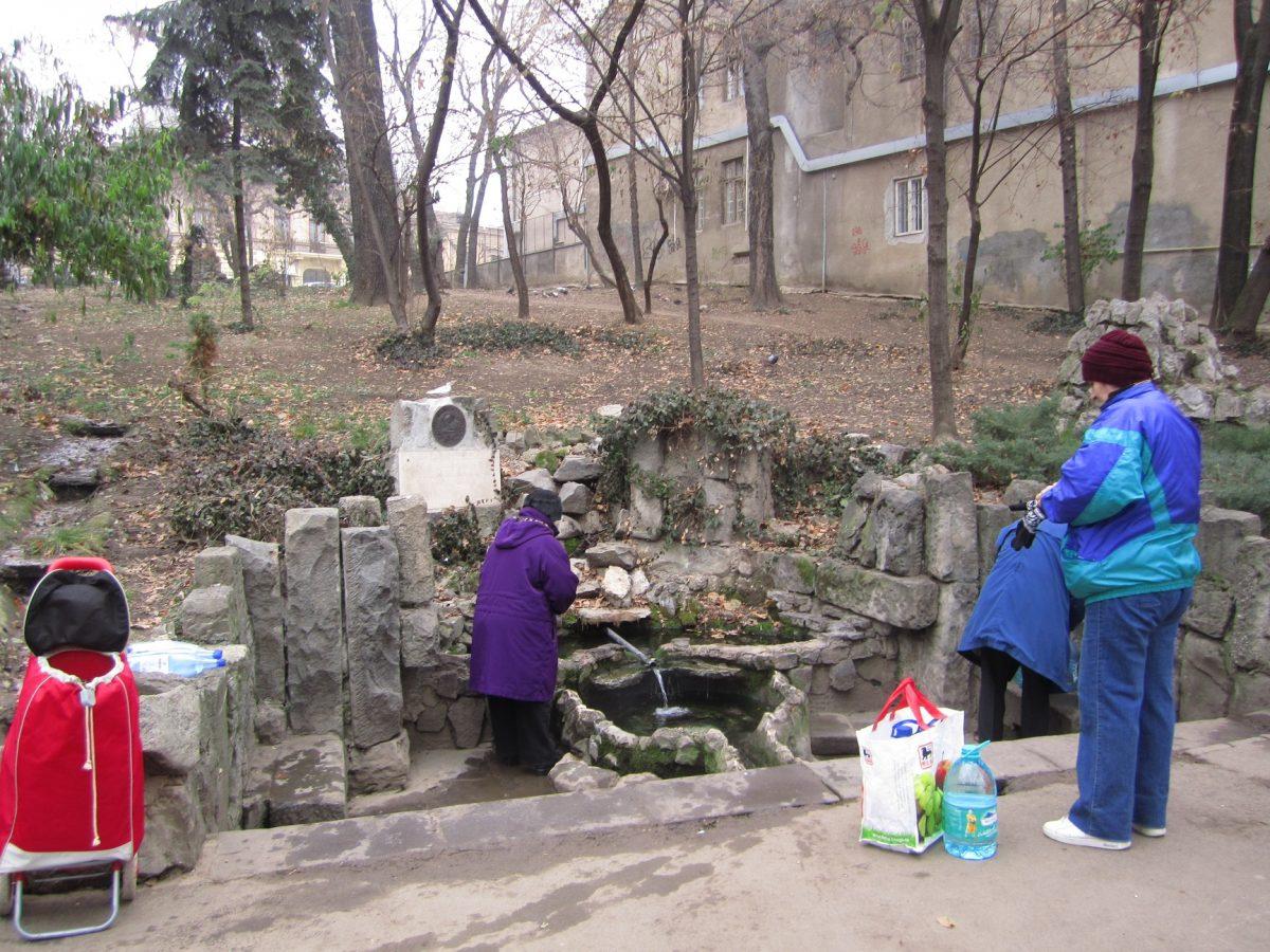 drinking water in park bucharest Parque Cismigiu bucareste romenia