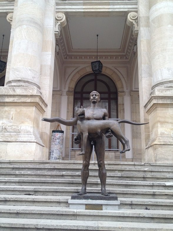 estatuas estranhas em bucaresti bucareste romenia