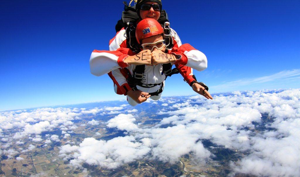 mulher_saltando_paraquedas_10_dias_pela_ilha_sul_nova_zelandia
