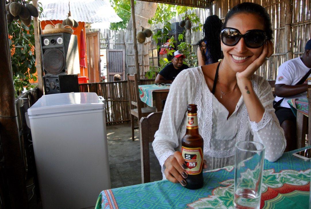 tomando cerveja gelada na ilha de moçambique