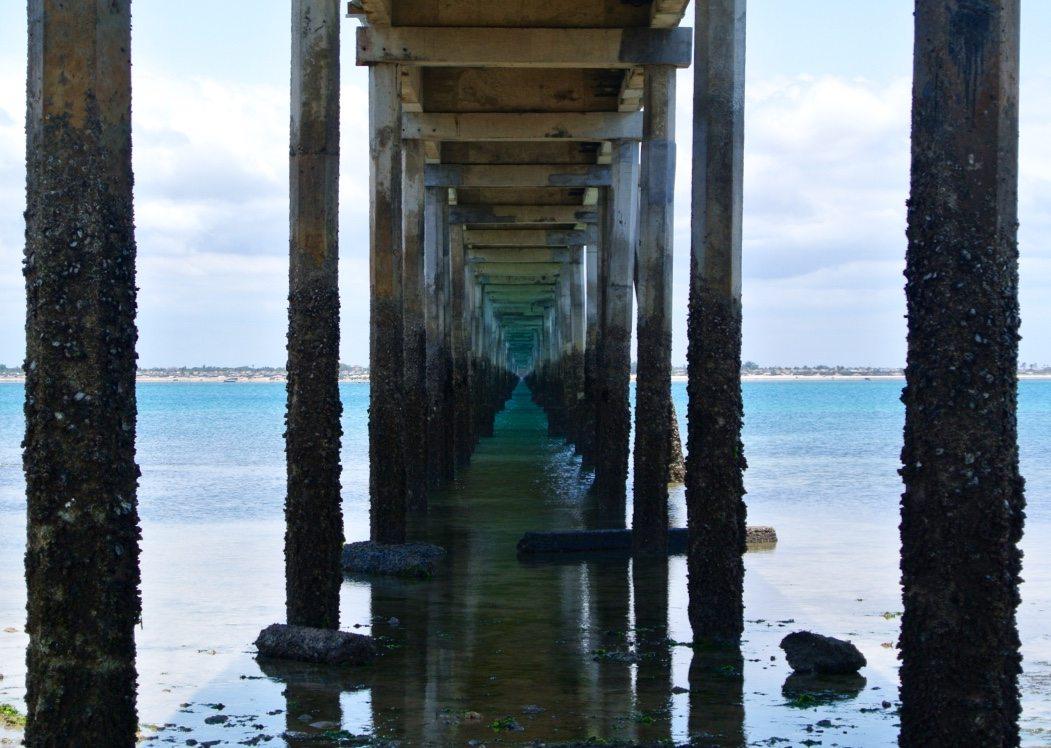 foto da passarela debaixo da ponte na ilha de moçambique