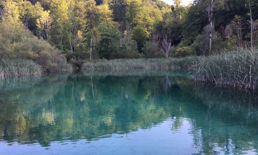 plitvice_croacia_criancas_pequenas_lago